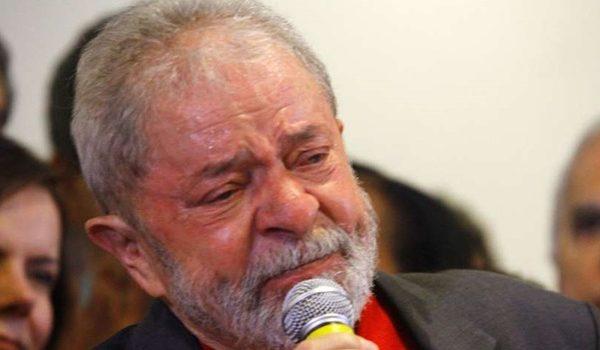 Defesa de Lula desiste no STF de pedido de liberdade para petista se candidatar.