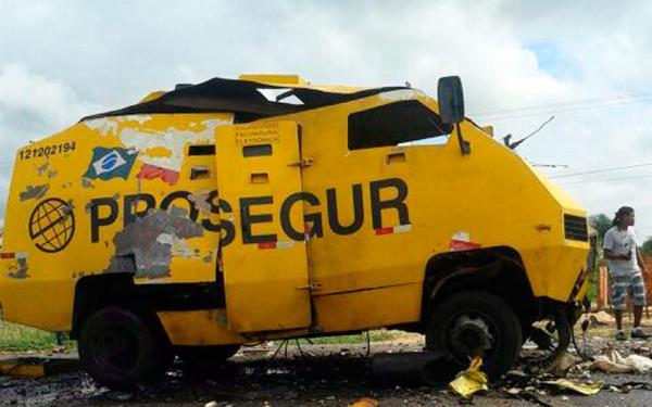 Homens armados obrigam seguranças a deixarem carro-forte e explodem veículo no norte da Bahia