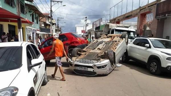 Em Valença, carro capota e atinge 3 veículos.