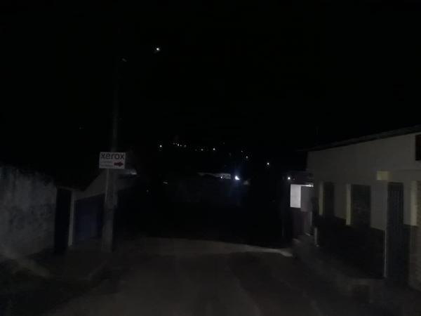 Moradores reclamam que estão às escuras.