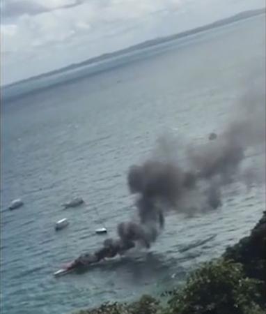 Em Salvador, Lancha pega fogo na Baía de Todos-os-Santos.
