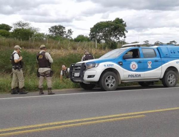 Homem é achado morto com marcas de tiros e ainda com mãos, pés e pescoço amarrados.