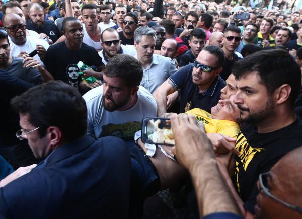 Bolsonaro é esfaqueado durante ato de campanha.
