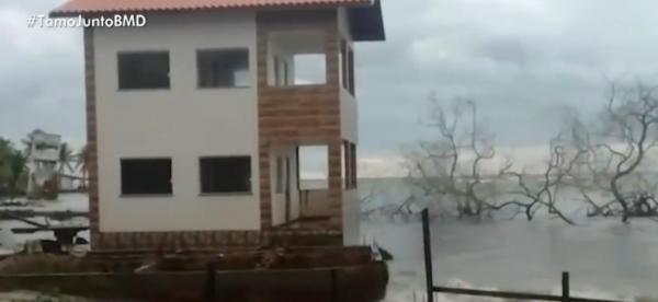Mar invade casas, moradores deixam imóveis na Ilha de Itaparica.