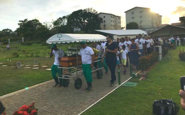 Comoção marca enterro de jovem agredido com soco no carnaval de Salvador