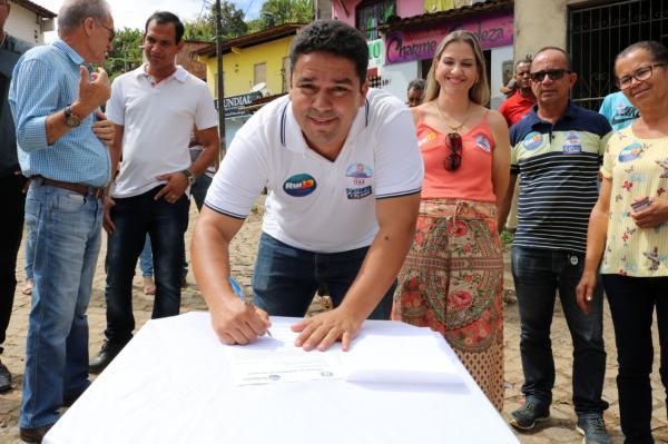 Prefeito assina ordem de serviço para calçamento do Bairro Zacarias Borges