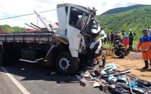 Hospital confirma terceira morte em acidente entre micro-ônibus e caminhão no sudoeste da Bahia