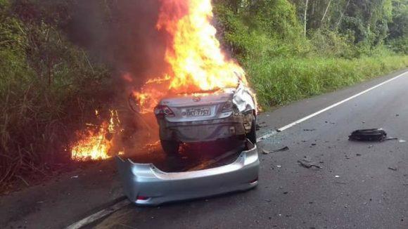 Carro bate, pega fogo e duas pessoas morrem na BR-101 em Ubaitaba