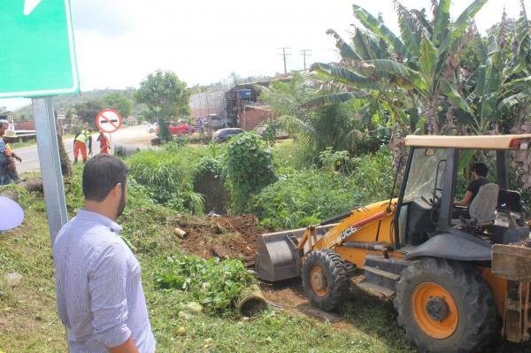 Prefeitura de Gandu realiza obras de melhoria na rede de esgoto do Bairro Bom Jardim.