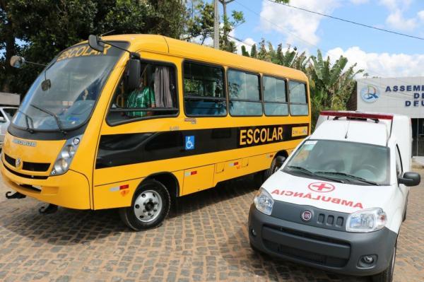 TEOLÂNDIA: Prefeito entrega mais uma ambulância e um ônibus escolar à população