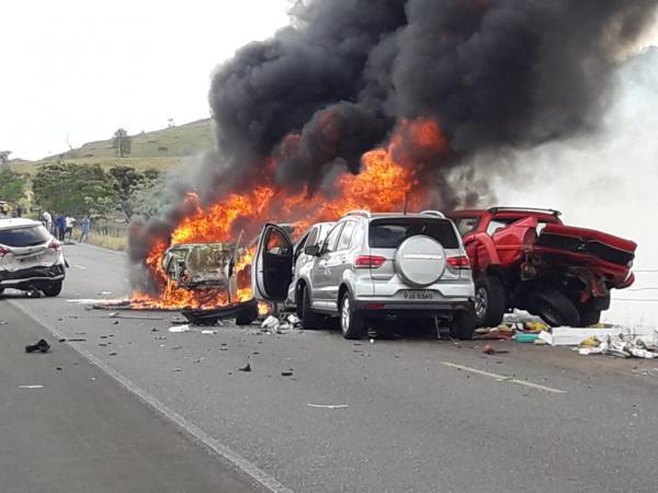 Itororó: Acidente deixa 5 feridos e 8 carros carbonizados