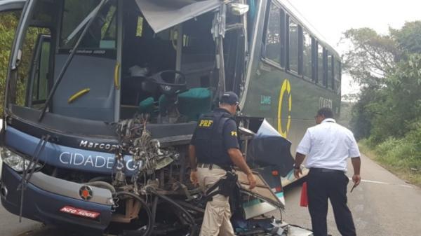 Acidente entre caminhão e ônibus da Cidade Sol na BR 101; motorista morreu.