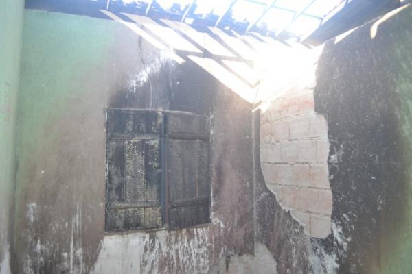 Família que teve parte da casa destruída pelo fogo precisa de sua doação!