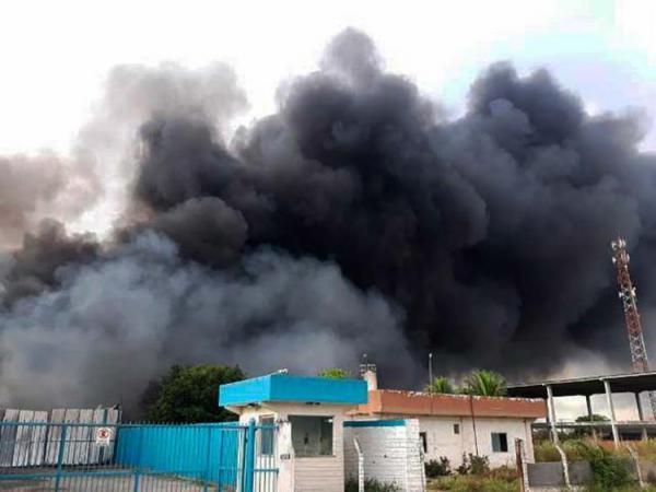 Incêndio de grandes proporções atinge depósito de recicláveis em Feira