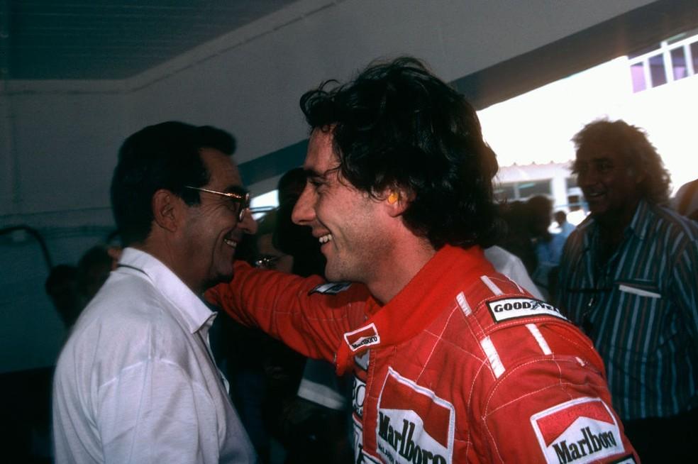 Ayrton Senna com o pai, Milton da Silva, durante o GP da Espanha de 1990 — Foto: Henri Cahier/Getty Images