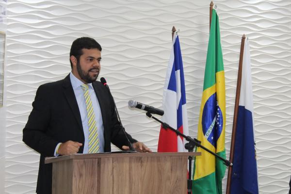 Prefeito Leonardo Cardoso participa da sessão de abertura do legislativo municipal neste ano de 2018, e é aplaudido de pé durante o discurso.
