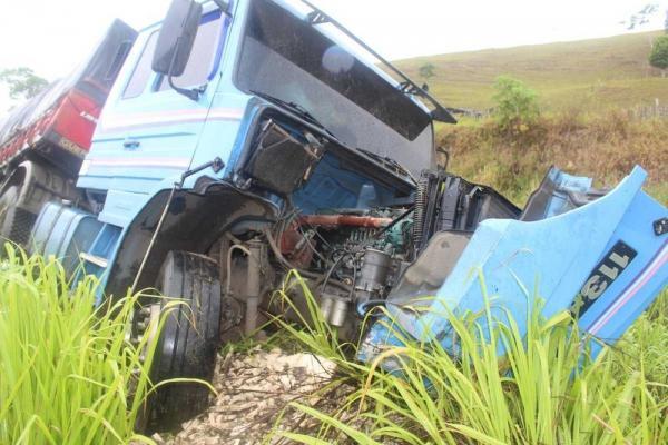 BR-101: Motorista de carro morre após bater de frente com caminhão
