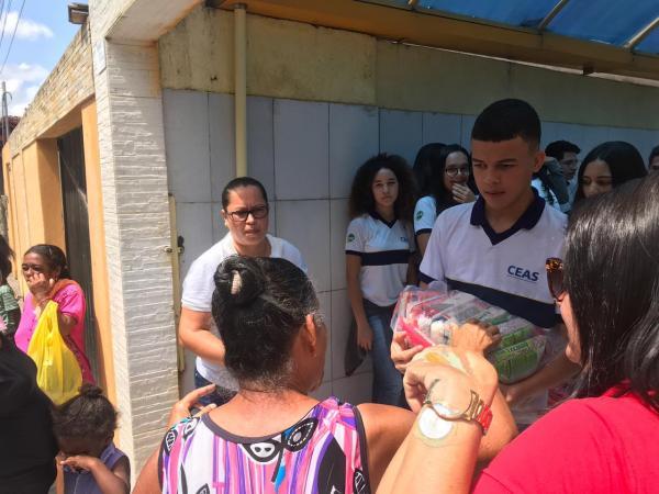 Solidariedade: Com um gesto de amor, escola distribui cestas básicas