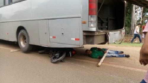 Cobra causa acidente na BA-001 e motociclista vai parar debaixo de ônibus
