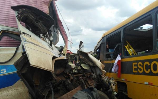 BR-116  - Batida entre carreta e ônibus que seguia para concurso de fanfarra deixa três mortos