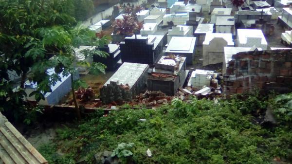 Muro de cemitério desaba com a força da chuva em Gandu.