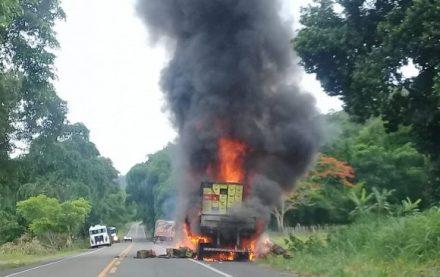BR-101 | Carreta pega fogo entre Uruçuca e Aurelino Leal