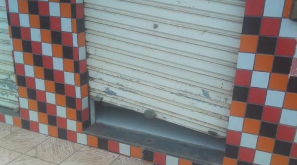 Criminosos invadem e reviram lojas em Gandu