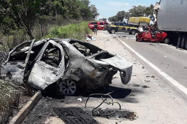 Três adultos, duas crianças e duas bebês da mesma família morreram em acidente
