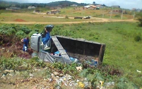 Caminhão tomba na BA-120 em Ibirataia e deixa dois feridos