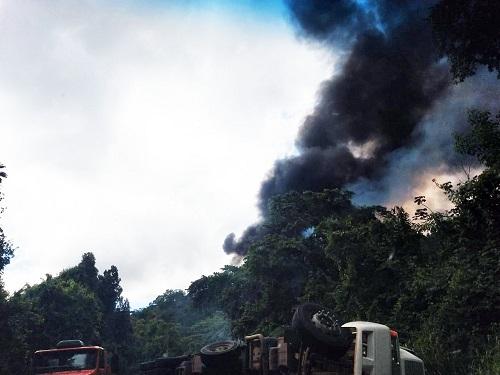 Motorista tenta desviar de caminhão, cai em ribanceira e morre carbonizado