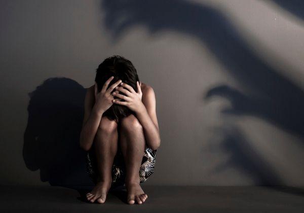 Mulher flagra o companheiro estuprando filho de 3 anos