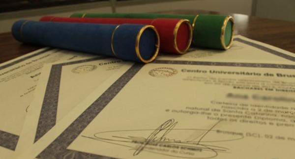 Wenceslau Guimarães | Professores recebem diplomas sem validade após curso.