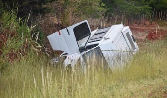 Colisão entre dois veículos deixa uma mulher morta e 14 feridos