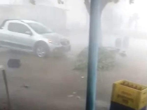 Chuva forte com raios e ventania assusta moradores em Feira de Santana