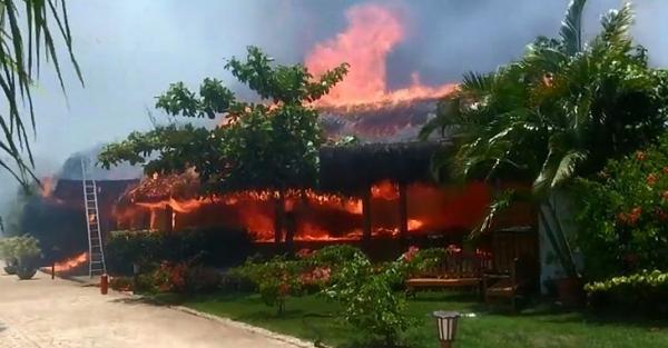 Fogo em lixo se alastra e atinge hotel de luxo em Porto Seguro