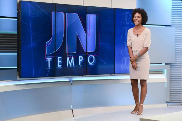 Maria Júlia Coutinho assume a bancada do Jornal Nacional.