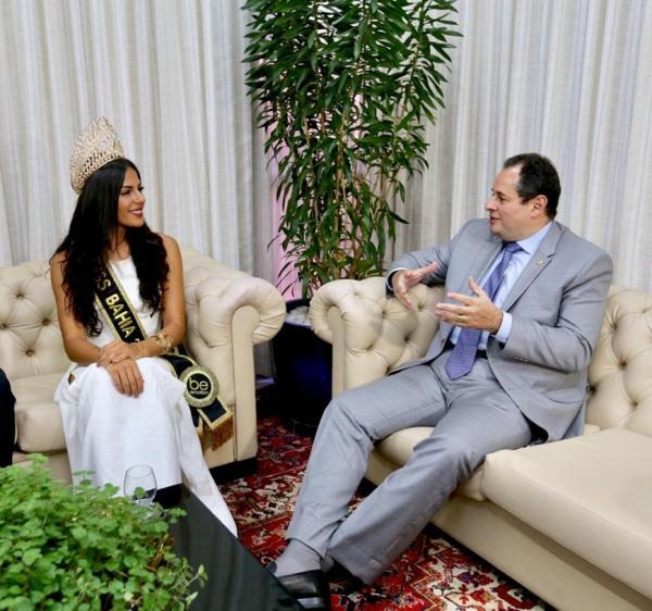 Presidente Nelson Leal relembra grandes misses baianas em visita da Miss Bahia 2019.