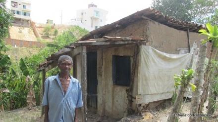 Com casa de taipa, sem energia e sem água encanada, seu Manoel pede ajuda