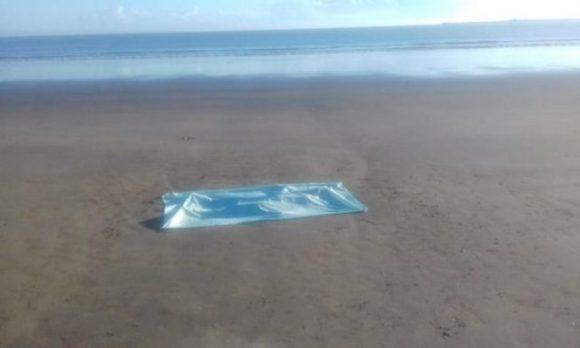 Mulher é encontrada morta em praia