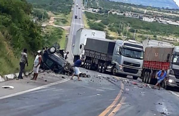 Acidente envolvendo dois carros e dois caminhões deixou uma pessoa morta e outra ferida.