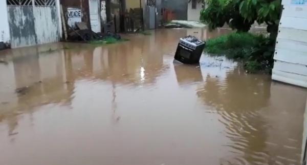 Chuva causa alagamentos e deslizamentos; famílias ficam desalojadas.