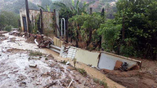 Ruas ficam inundadas e casas alagadas após fortes chuvas na Bahia