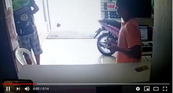 Flagra: jovem furta celular em lan house em Gandu