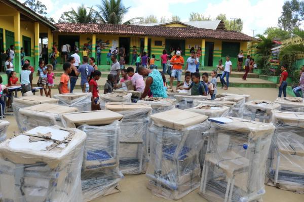 Teolândia: Prefeito Lázaro Andrade faz entrega de mobiliário novo para comunidade escolar José Bento no São Paulinho