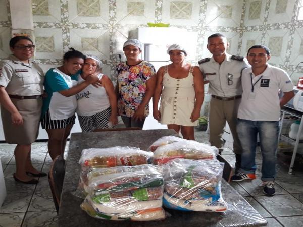 60ª CIPM/Gandu visita Lar para Idosos e entrega cestas básicas.