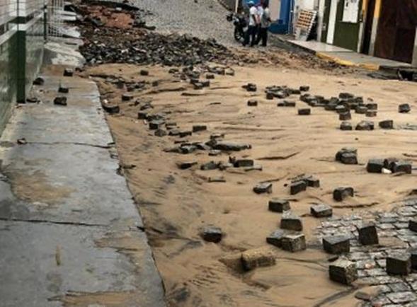 Itapetinga: Temporal provoca queda de muro, arranca  paralelepípedos e alaga hospital