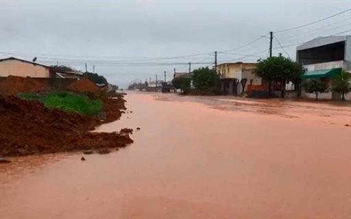 Ponte caiu, famílias estão desalojadas, escolas sem aulas; Rui decreta estado de emergência