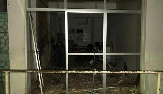Terror: Grupo explode caixa eletrônico com dinamite e dispara tiros contra delegacia