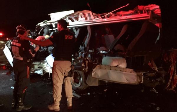 Batida entre van e caminhão deixa quatro mortos e quatro feridos