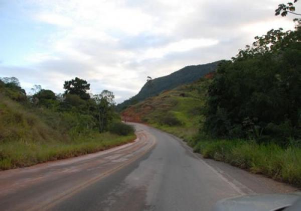 Acidente entre carro e motocicleta deixa uma pessoa morta em Florestal